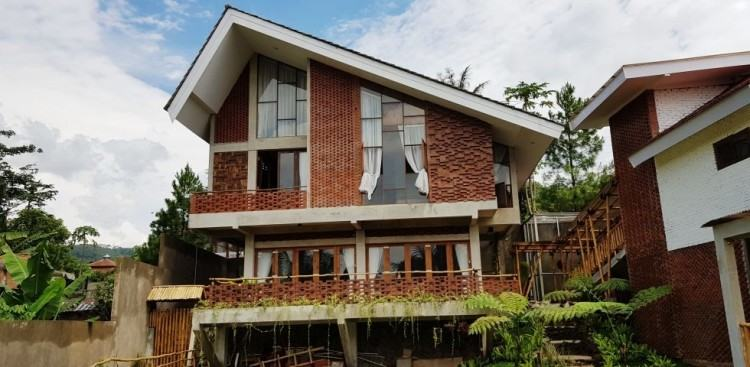 Like in Pramana, the buyer may commission his own contractor to build the  house or choose from list of accredited contractors of Greenfield  Development
