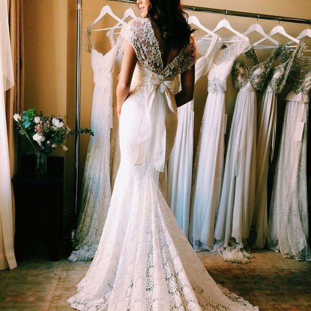 But wait a minute, what to wear when trying on wedding dress? You don't  want any discomfort or embarrassment on the special occasion