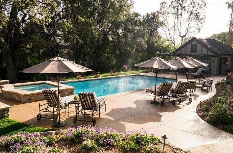 A true oasis in the center of Nashville, our rooftop swimming pool and  whirlpool offer stunning views of the downtown skyline and feature a lounge  deck,