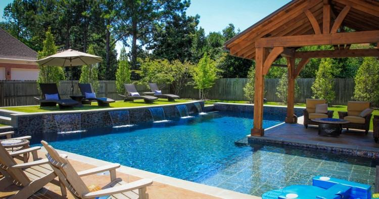 Make sure the style of the pool matches with your home [Design: Robert  Kaner